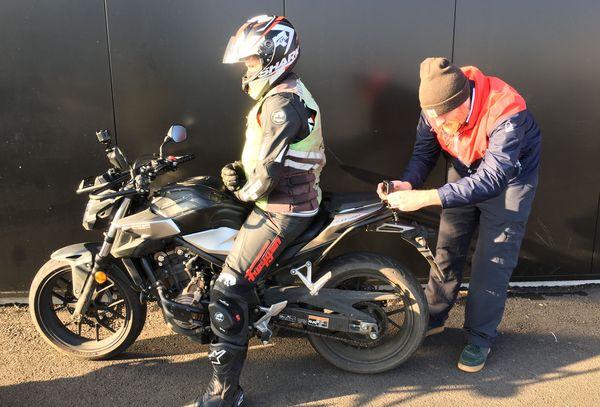 Charles Proult, cameraman à France Télévisions installe une Gopro pour la séquence auto-moto école avec Jean-François Franik