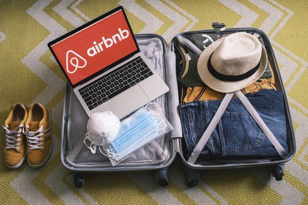 """Des utilisateurs de la plateforme Airbnb, mécontents de la façon dont le site a géré leurs demandes d'annulations, suite au reconfinement de début avril 2021, ont créé un groupe 'collectif remboursement Airbnb"""" pour partager leur expérience et obtenir le remboursement des séjours qu'ils ont été contraints d'annuler."""