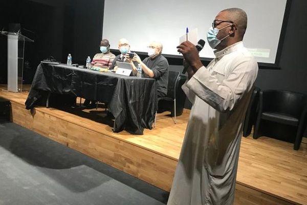 """""""La communauté musulmane est en première ligne. L'ensemble des musulmans se regarde en disant: qu'a-t-on pu faire pour en arriver là? La communauté est inquiète, pour sa sécurité et pour l'image qu'elle renvoie. Quelle va être la suite? L'opinion va sûrement se saisir de cette situation pour la mettre à l'index et cela a déjà commencé """", déclare le recteur Kamel Kabtane"""