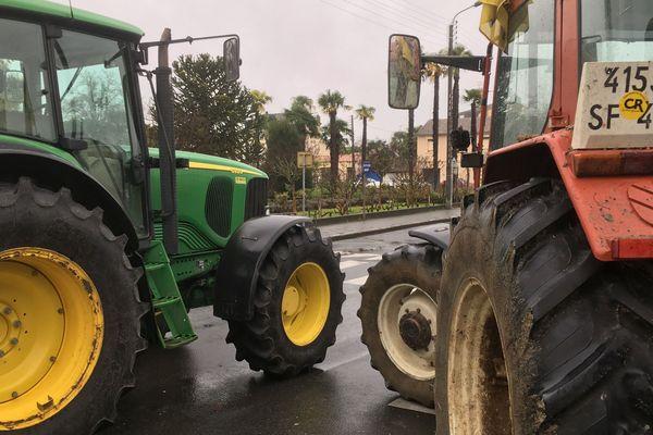 Les agriculteurs de la Coordination Rurale bloquent le centre des impôts de Bergerac en rejoignant les Gilets Jaunes ce 3 décembre