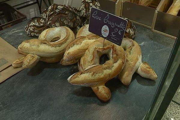 """Dans cette boulangerie de Chagny, les """"love baguettes"""" ont une place de choix sur le comptoir."""