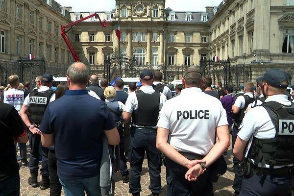 Entre 150 et 200 policiers en colère se sont rassemblés ce 15 devant la préfecture à Lille.
