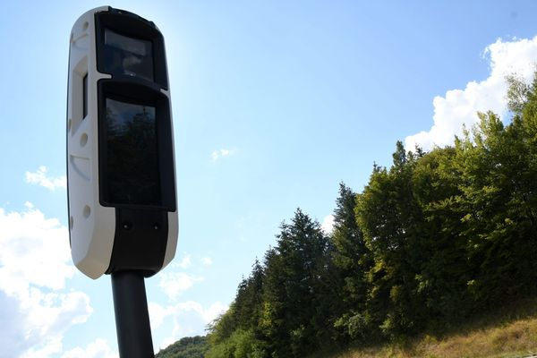 Un radar tourelle comme celui-ci, flasherait trop, selon les automobilistes varois