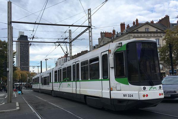 Tramway ligne 2 Cours des 50 otages avec vue sur tour de Bretagne...