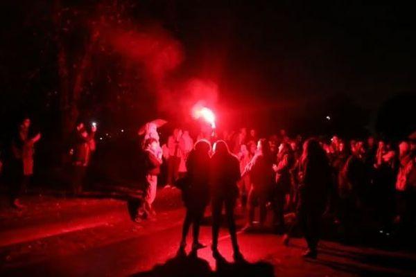 Lampes torches, guirlandes et fumigènes servaient à éclairer la manifestation d'hier soir