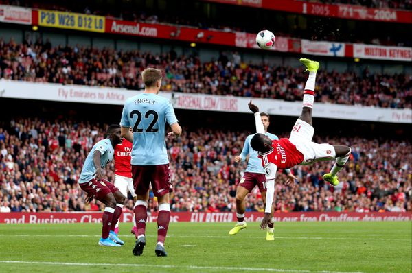 Tentative de retourné de Nicolas Pépé contre Aston Villa.