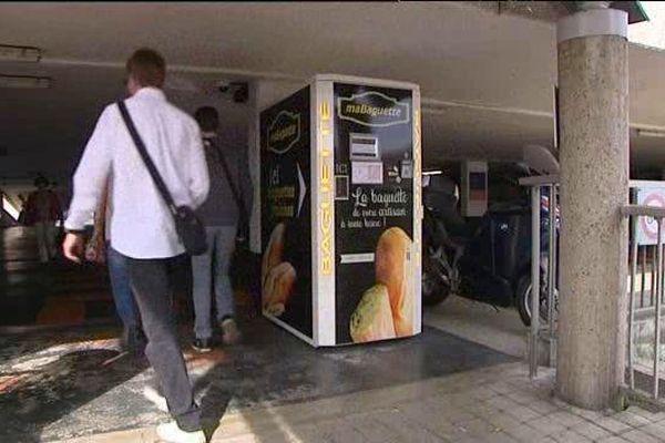 Distributeur de baguettes en gare de St Pierre-des-Corps (Indre-et-Loire)