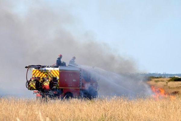 Le SDIS 01 se bat contre un feu de végétation. Le 17/07/2015