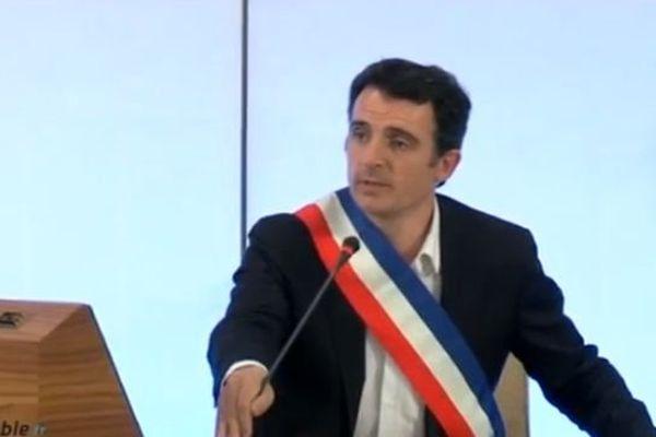 Eric Piolle avec son écharpe de maire
