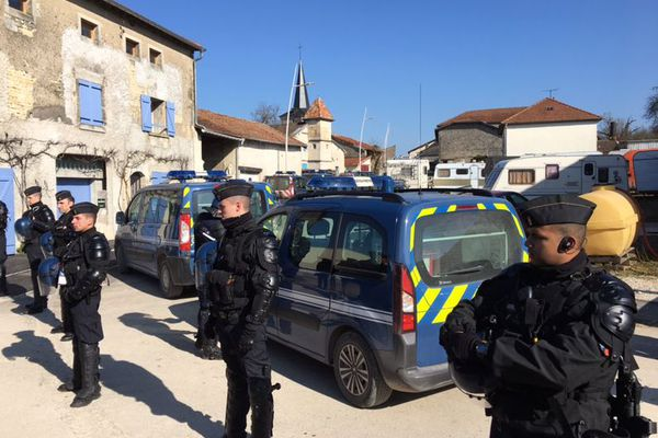 """Des gendarmes mobiles devant la """"maison de la résistance"""" à Bure (Meuse), jeudi 22 février 2018."""