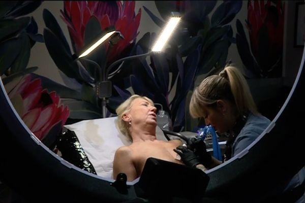 Alexia Cassar s'est spécialisée dans le tatouage de tétons pour femmes ayant été atteintes de cancer du sein.