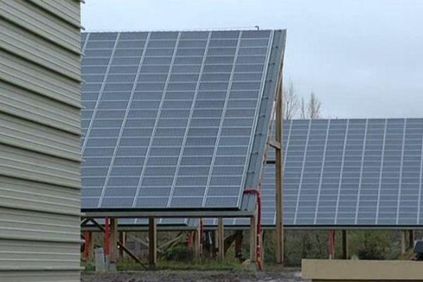 A Tirepied, de larges panneaux solaires sont apposés sur 24 bâtiments destinés à accueillir des entreprises.