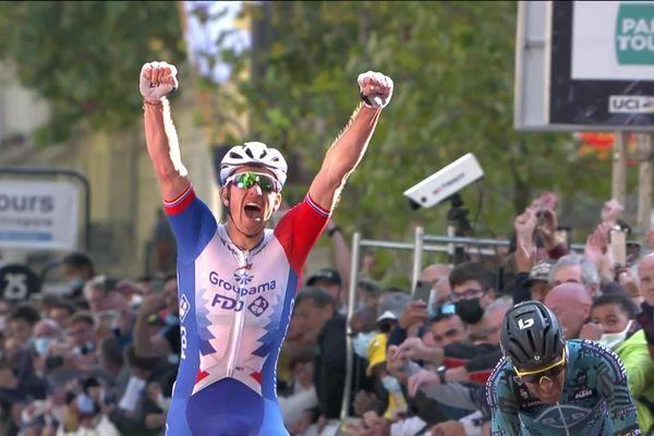 Le cycliste picard Arnaud Démare remporte Paris-Tours 2021.