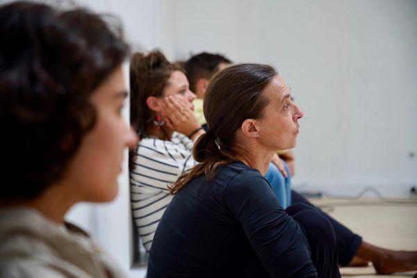 La chorégraphe, Stéphanie Siou, avec les jeunes artistes en plein travail créatif