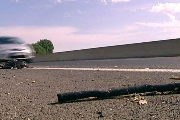 Les débris du scooter accidenté sur la voie rapide qui mène à Palavas-les-Flots