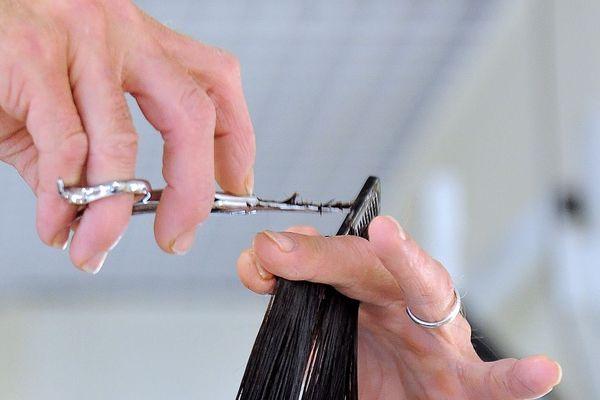 Dans l'Allier, un salon de coiffure de Montluçon recycle les cheveux des clients, qui pourraient servir à dépolluer les océans.