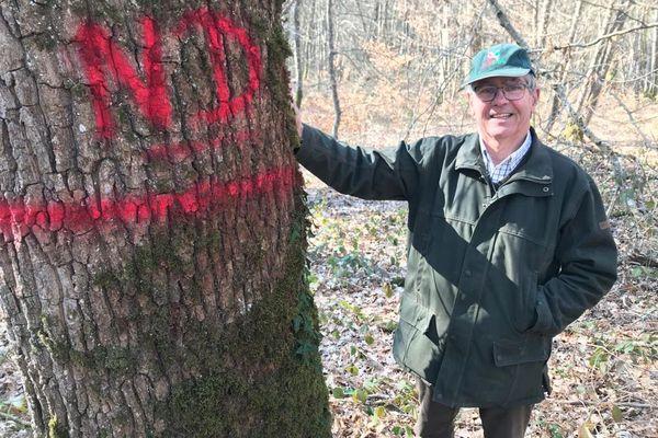 Xavier de Montlaur, propriétaire forestier, va faire un don de 3 chênes.