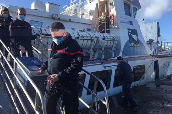 Une glacière contenant 13 flacons de vaccins anti-Covid (70 à 75 doses) est arrivée en bateau sur l'île de Sein ce jeudi, en fin de matinée.