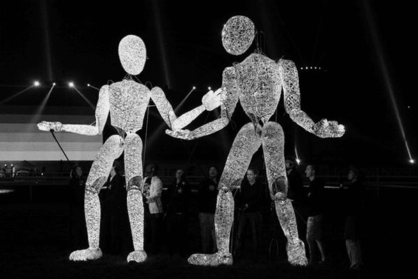 Les imposantes silhouettes des marionnettes de la famille Dundu déambuleront en douceur en interagissant avec les visiteurs, accompagnées par le son mélodieux de la Kora.