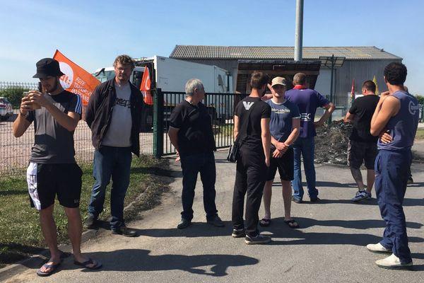 Les salariés en grève du site de la Coved au Fresne-Camilly ce lundi