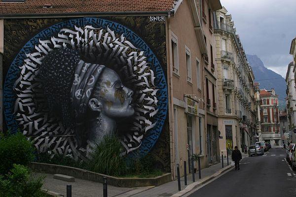 """La fresque """"L'arme en paix"""" de l'artiste grenoblois Snek réalisée lors du Grenoble street art festival 2016."""