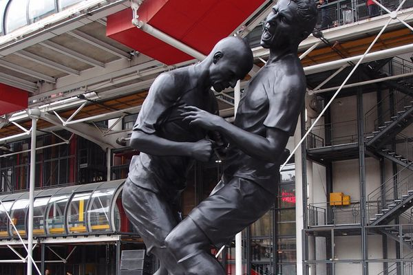 Une statue coup de boule. K-O, les présidents de district font le coup de poing