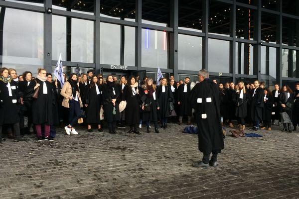 Les avocats du barreau nantais se sont rassemblés ce lundi matin devant le Palais de Justice