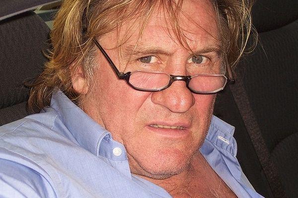 Gérard Depardieu possède plusieurs vignobles. Le premier a été acheté en 1989 en Anjou. Depuis, l'acteur français désormais exilé en Belgique a acquis des vignobles dans le Médoc, en Espagne, et au Maghreb.