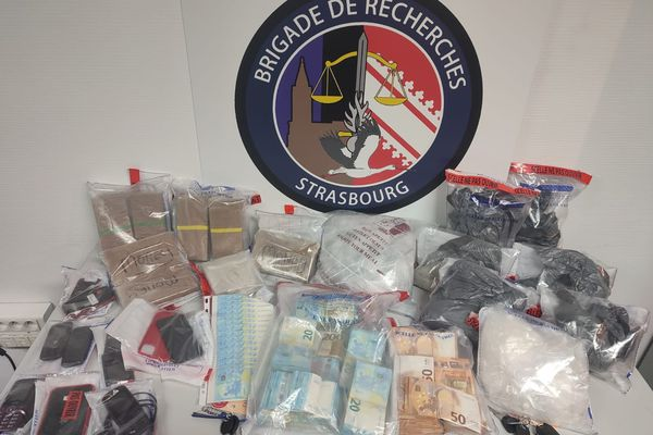 La saisie comprend 6.5 kilos d'héroïne, 1.3 kilo de cocaïne, et 40.000 euros en billets.