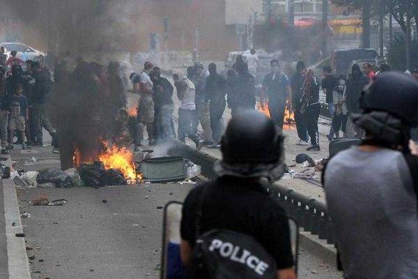 Des émeutiers faisant face aux polciiers, lors des violences survenues en marge d'une manifestation pro-palestinienne interdite, à Sarcelles (Val-d'Oise), le 20 juillet 2014.