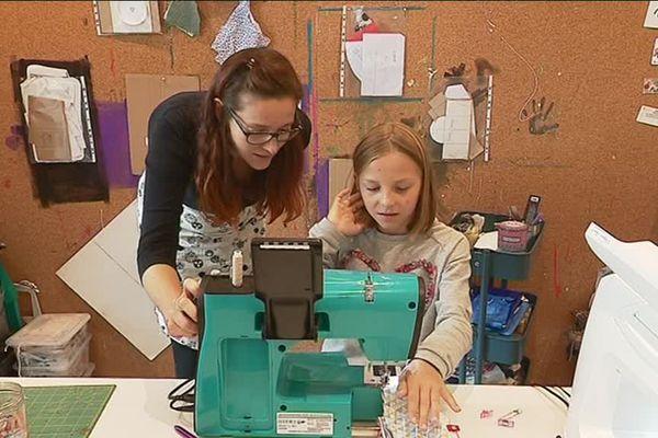 """Laurie Giradot de """"L'origami et Compagnie"""" en atelier avec Lucie, 10 ans, à Bouclans"""