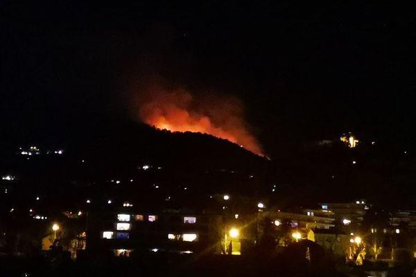 Un important incendie menace des habitations au col de Vence.