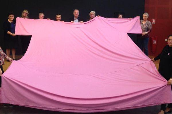 Un T-shirt géant pour sensibiliser au dépistage du cancer du sein à Moyeuvre-Grande pour Octobre Rose.