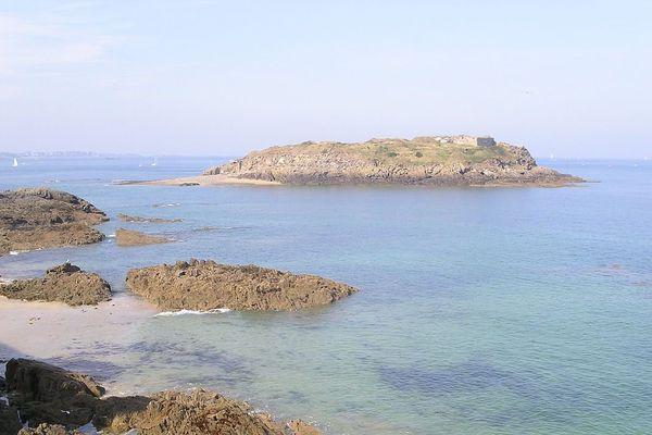 L'îlot du Grand Bé se situe face aux remparts de Saint Malo