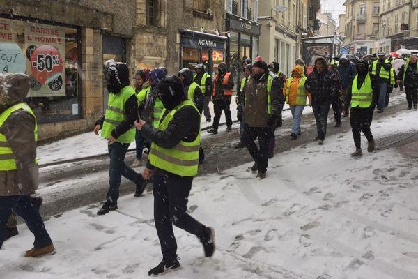 """Des """"gilets jaunes"""" défilent dans les rues de #Nevers mardi 22 janvier 2019, en soutien à Joakim Lesly, un de leurs porte-parole convoqué devant la justice."""