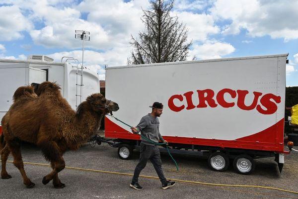 """La caravane du """"Cirque Circus"""" est coincée sur un parking face au stade de Perrecy-les-Forges, en Saône-et-Loire, en raison du confinement imposé pour lutter contre l'épidémie de coronavirus COVID-19."""