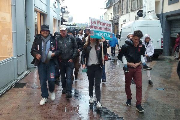 """Les Insoumis font une """"casserolade"""", samedi 30 septembre, dans les rues de Clermont-Ferrand."""