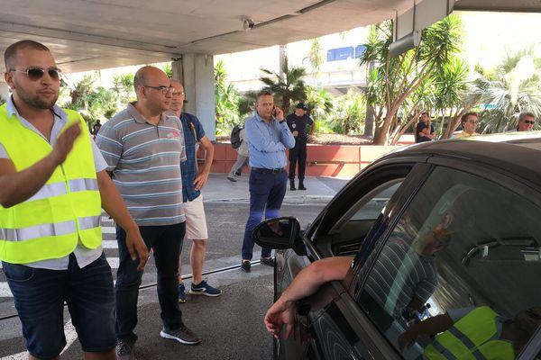 Les chauffeurs sont réunis contre Uber à l'aéroport de Nice.