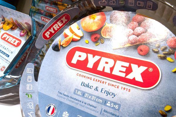 """Un plat Pyrex en boutique, dans un rayon dédié aux produits """"Origine France""""."""