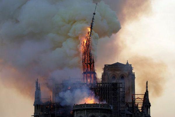 Le toit de Notre-Dame de Paris ravagé par les flammes lundi 15 avril 2019.