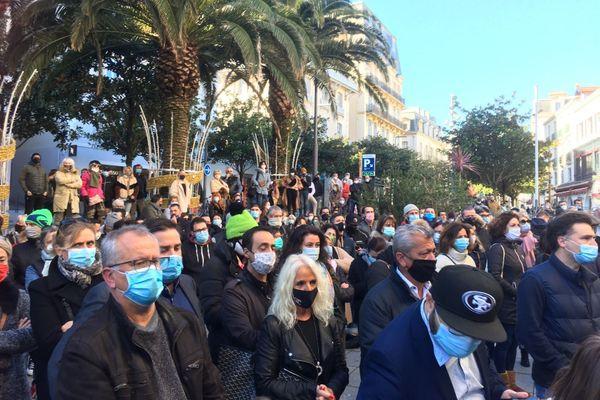 Environ 400 personnes se sont mobilisées pour manifester à Biarritz ce samedi 21 novembre pour réclamer la réouverture des petits commerces dès le 1er décembre.