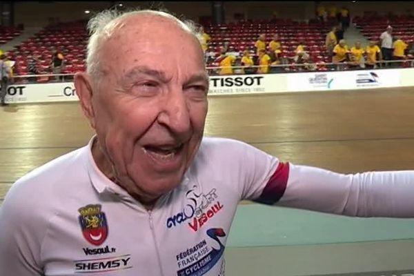 Le cycliste âgé de 90 ans vient d'ouvrir le livre des records en établissant le premier record de l'heure dans sa catégorie