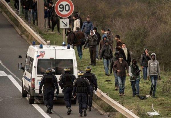 Les CRS ont repoussé les migrants en dehors de voies de circulation.