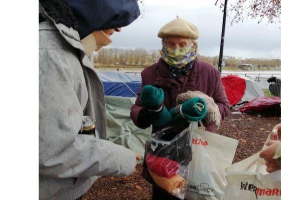 Ginette Vergez distribue écharpes et couvertures lors d'une de ses maraudes dans Bordeaux
