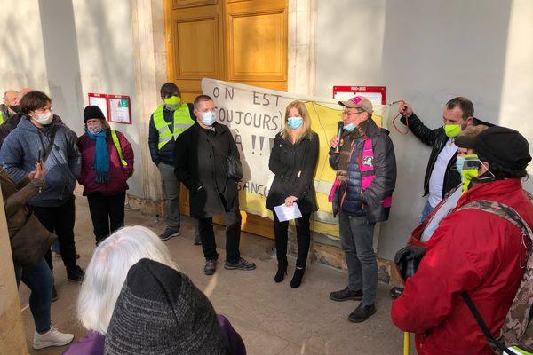 Sophie B. est à la sortie du tribunal de Chalon-sur-Saône après l'abandon des poursuites ce vendredi 19 février