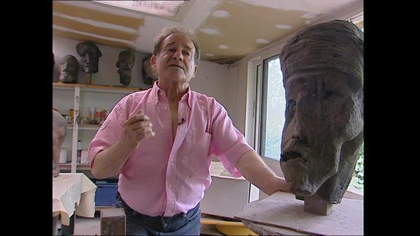 Jean Roulland, ici dans son atelier avec l'une de ses œuvres, jouait avec les formes monstrueuses.
