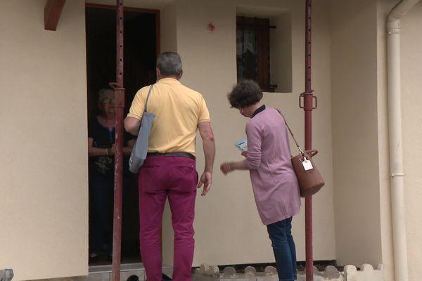 Sur place, les élus font le tour des habitations pour s'assurer que chaque famille dispose d'une solution de relogement le temps de l'opération de déminage.
