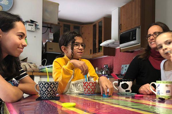 Alice, 12 ans (à gauche), Léonie, 9 ans au centre et Camille (7 ans) sur les genoux d'une de ses mères, Laure-Anne