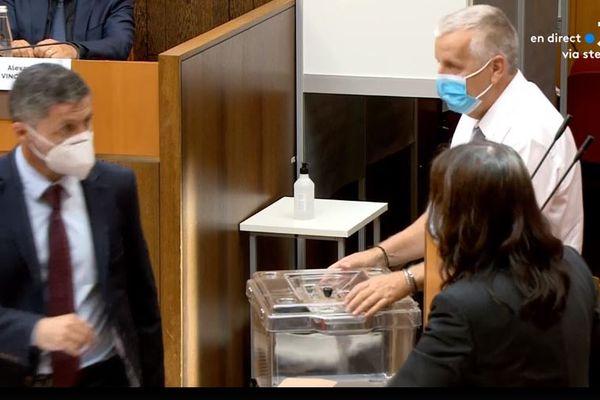 Jean-Felix Acquaviva vote pour le président, ou la présidente, de l'Assemblée.