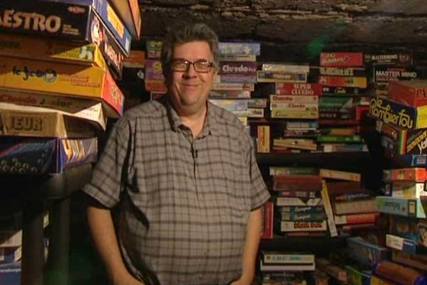 De la cave au grenier, l'appartement de François Haffner est envahi par des boites de toutes tailles, de jeux de toutes sortes.